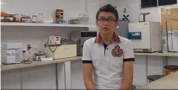 Helyson Lucas criou uma polpa de frutas que previne e combate a gripe. Estudante ganhou prêmio internacional pela ideia e pretende comercializar.